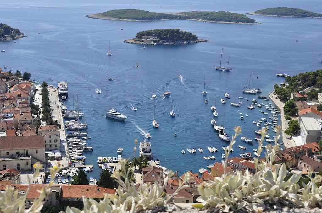 Auf der kroatischen Adriainsel Hvar herrschen seit Juni neue Sitten: Urlauber, die sich daneben benehmen, werden hart bestraft (Foto: Pixabay)