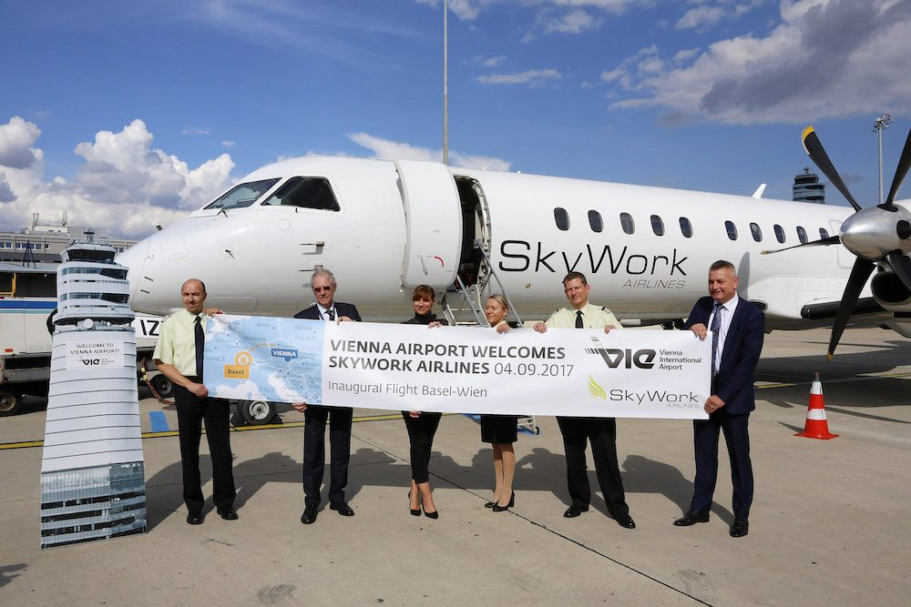 SkyWork Airlines in Wien gelandet: Martin Inäbnit, CEO SkyWork Airlines, Mag. Belina Neumann, Leitung Aviation Marketing und Business Development Flughafen Wien AG, Crew SkyWork Airlines, Peter Reichert, Sales Manager SkyWork Airlines (Foto: Pepo Schuster, austrofocus.at)