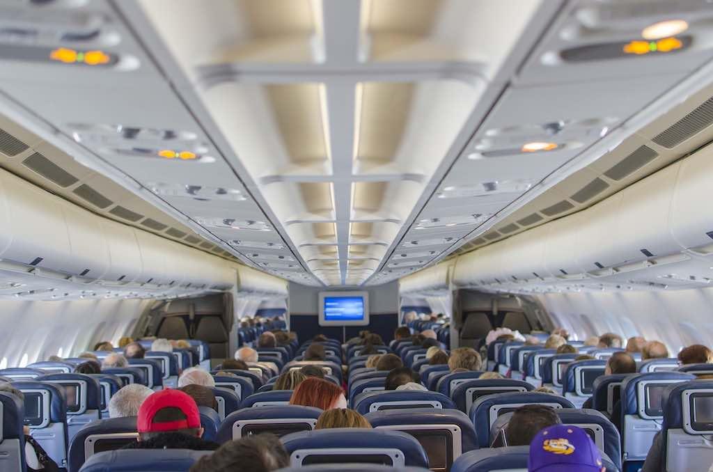 Je geringer der Sitzabstand in der Holzklasse, deeto mehr Passagiere können befördert werden und desto größer die Erlöse für die Fluglinie (Foto: Ty Yang, Pixabay)
