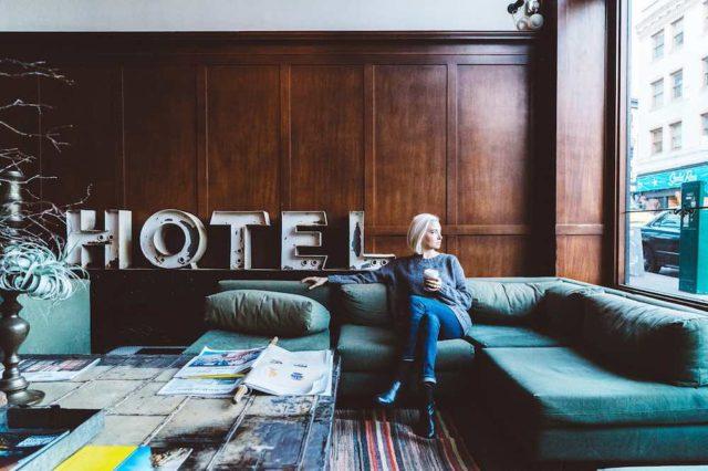 Bonusprogramme: Frau sitzt im Hotel