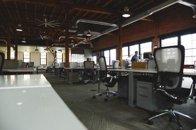 Flexible Arbeitsplatzgestaltung: In modernen Büros haben Mitarbeiter keinen fixen Schreibtisch mehr
