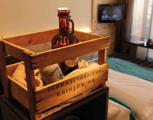 Holzkiste mit einer Falsche Bier im Hotelzimmer