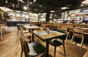 Flughafen: Restaurant und Bar für Reisende