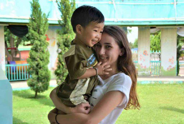 Praktikum: Frau mit Kind auf dem Arm in Thailand