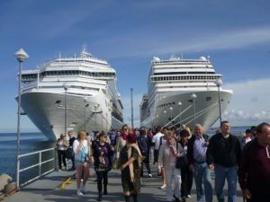 Reisen: Zwei Kreuzfahrtschiffe mit Passagieren