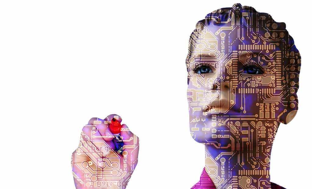 Frau als Geschäftsreise-Robotor schreibt auf Glaswand
