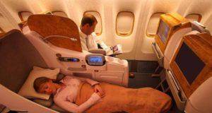 Reisestress auf Flügen: Mann und Frau in Business Class der Emirates