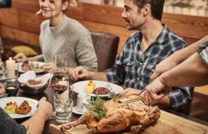 Deutschland kulinarisch: Menschen beim Gänse-Essen