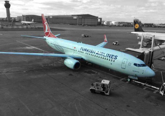 Flugzeug von Turkish Airlines auf dem Flughafen von Manchester