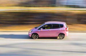Mietwagen: Pinkes Auto auf der Straße