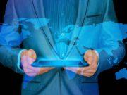 Mann liest auf Tablet die neuen Themen