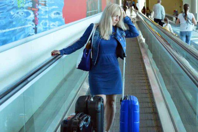 Frau mit Koffer am Flughafen: Sicherheit ist gefragt