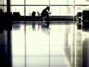 Rückflug storniert: Passagier wartet am Gate eines Flughafens