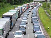 Fahrverbote: Stau auf der Autobahn mit vielen Lastwagen und PKWs