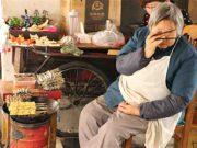 China wichtiger Markt für Schweizer KMU: Alte Chinesin sitzt in ihrem Laden