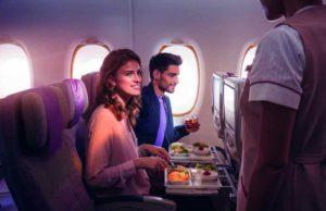 Fluglinie Emirates: Ein Paar sitzt in der Kabine beim Essen