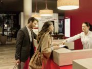 Business Hotels: Mann und Frau an der Reception des IntercityHotels in Braunschweig