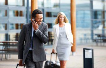 Dienstreisen: Mann telefoniert am Mbiltelefon