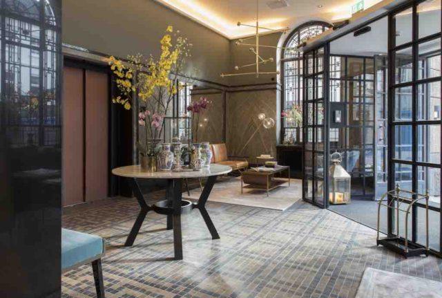 Den Haag: Eingangshalle im Hotel Indigo