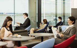 Lounge am Flughafen Wien mit Passagieren
