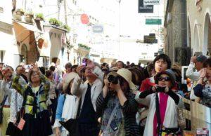 Massentourismus: Urlauber in der Getreidegasse in Salzburg