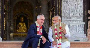 Kommunkation: Zwei Politiker sitzen auf der Treppe eines Temepls in Indien