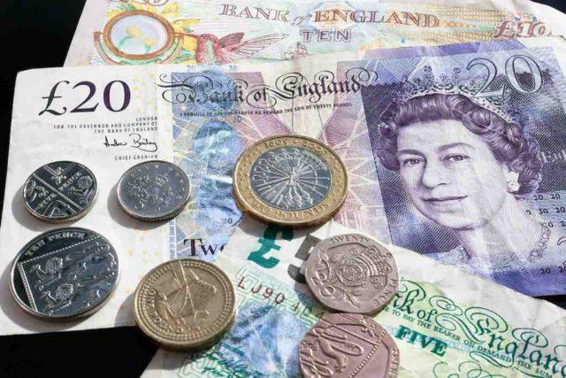 Centtrip erspart Währungsumtausch: Im Bild britische Pfundnoten und Kleingeld