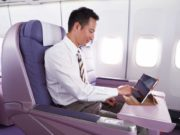 WLAN an Bord: Passagier tippt auf seinem iPad