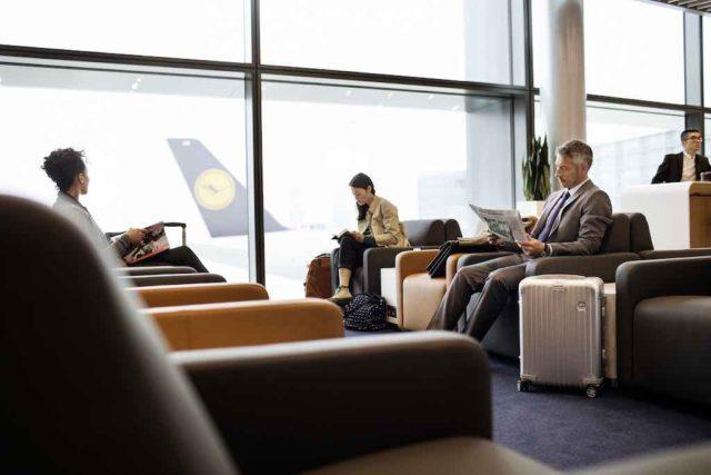 Geschäftsreiseziele: Reisende warten in der Business Lounge