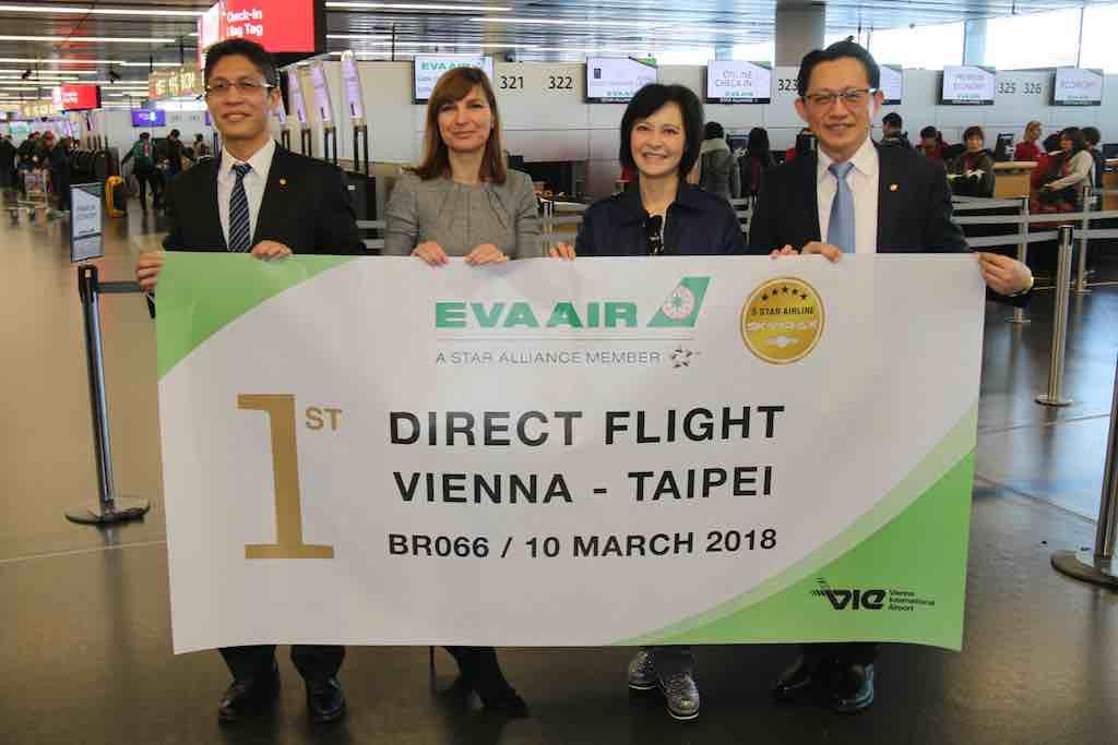 Gruppenbild mit Mitarbeitern von Eva Air und Flugfhafen Wien