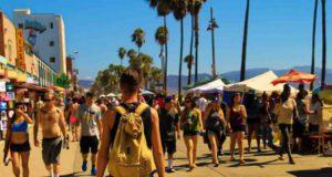 Tourismus: Urlauber spazieren am Strand von Los Angeles