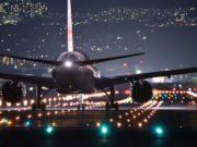 Luftfahrt: Nachtaufnahme mit Jet auf der Startpiste