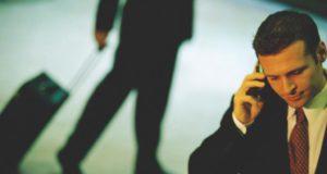 First Business Travel: Mann telefoniert mit Handy