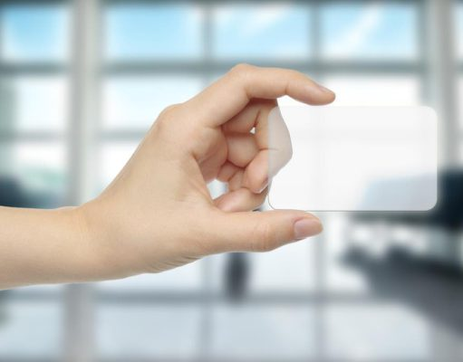 Kosten senken: Hand hält virtuelle Creditcard