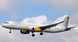 Airbus der Vueling Airlines setzt zur Landung an