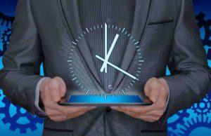 Buchen: Mann mit iPad und eingeblendeter Uhrzeit