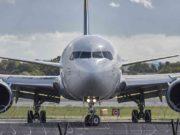 Geschäftsreiseanalyse: Passagierflugzeug auf Piste