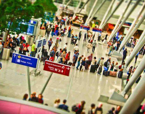 Software verkürzt Menschenschlange beim Einchecken am Flughafen