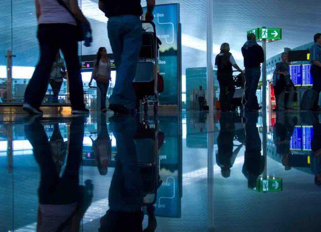 Fluggäste am Airport beim Einchecken