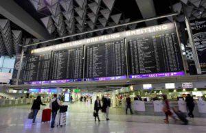 AirHelp setzt Fluggastrechte durch: Menschen am Flughafen Frankfurt Abflughalle C