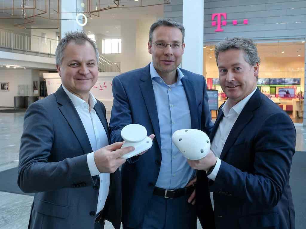 EAN ist startklar! Thorsten Robrecht (Nokia), Rolf Nafziger (DT) und Frederik van Essen (Inmarsat Aviation) mit den EAN-Endgeräten, die High Speed über den Wolken möglich machen