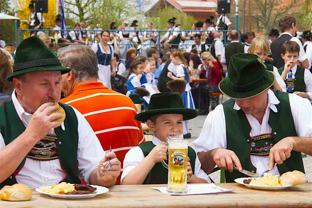 Die bodenständigen Bayern lieben es deftig: Also her mit dem Schweinsbraten, Knödel und Bier (Foto: Pixabay)