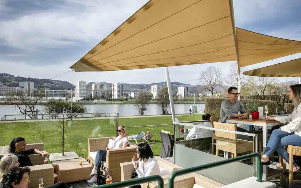 Entschleunigen nach dem Business uf der Sonnenterrasse des Arcotel Nike mit Blick auf die Stadt und die Donau  (Foto: Arcotel)