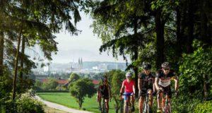 In der hügeligen, grünen und waldreichen Rennradregion Wels kommen Amateure und Profis auf Touren