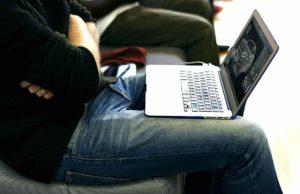 Mann mit Laptop auf dem Schoß: Geschäftsreisen sind kein Vergnügen, sondern wichtige und produktive Arbeitszeit (Foto:Rawpixel, Pixabay)