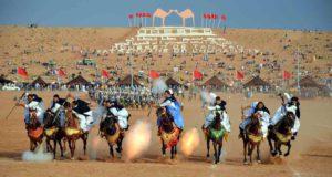 Fantasia ist ein traditioneller Pferdesport, der während kultureller Veranstaltungen in Marokko durchgeführt wird (Foto: Maxim Massalitin, Wikipedia)