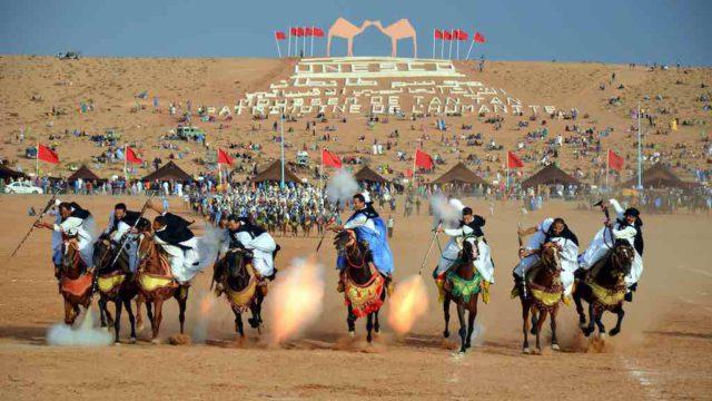 Fantasia ist ein traditioneller Pferdesport, der während kultureller Veranstaltungen in Marokko durchgeführt wird (Foto: Maxim MassalitinCC BY-SA 2.0, via Wikimedia Commons)