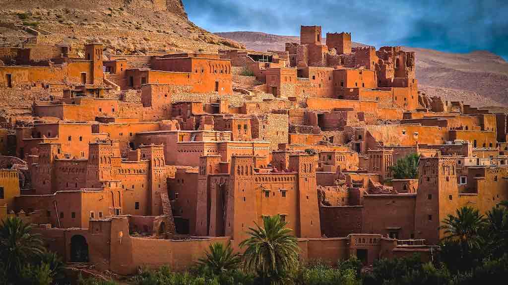 Aït-Ben-Haddou ist eine befestigte Stadt am Fuße des Hohen Atlas im Südosten von Marokko. Der komplette alte Ortskern ist seit dem Jahr 1987 von der UNESCO als Weltkulturerbe anerkannt