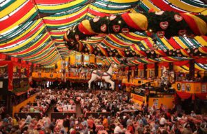 Das Oktoberfest in München ist zu einem Networking-Treffpunkt für Unternehmen, Banken, Versicherungen und Autofirmen geworden (Foto: Pixabay, Holzijue)