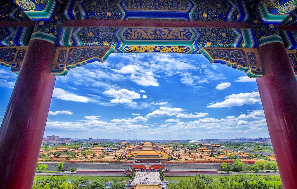 Der Tian'anmen-Platz oder Platz (am Tor) des Himmlischen Friedens (chinesisch 天安門廣場 / 天安门广场, Pinyin Tiān'ānmén Guǎngchǎng) ist ein Platz im Zentrum von Peking, der Hauptstadt der Volksrepublik China.